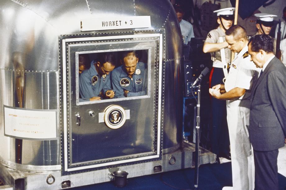 Em quarentena a bordo do USS Hornet, os astronautas encontram o presidente Nixon.