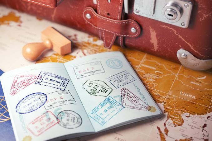 apatriados-passaporte-mala-viagem-mapa