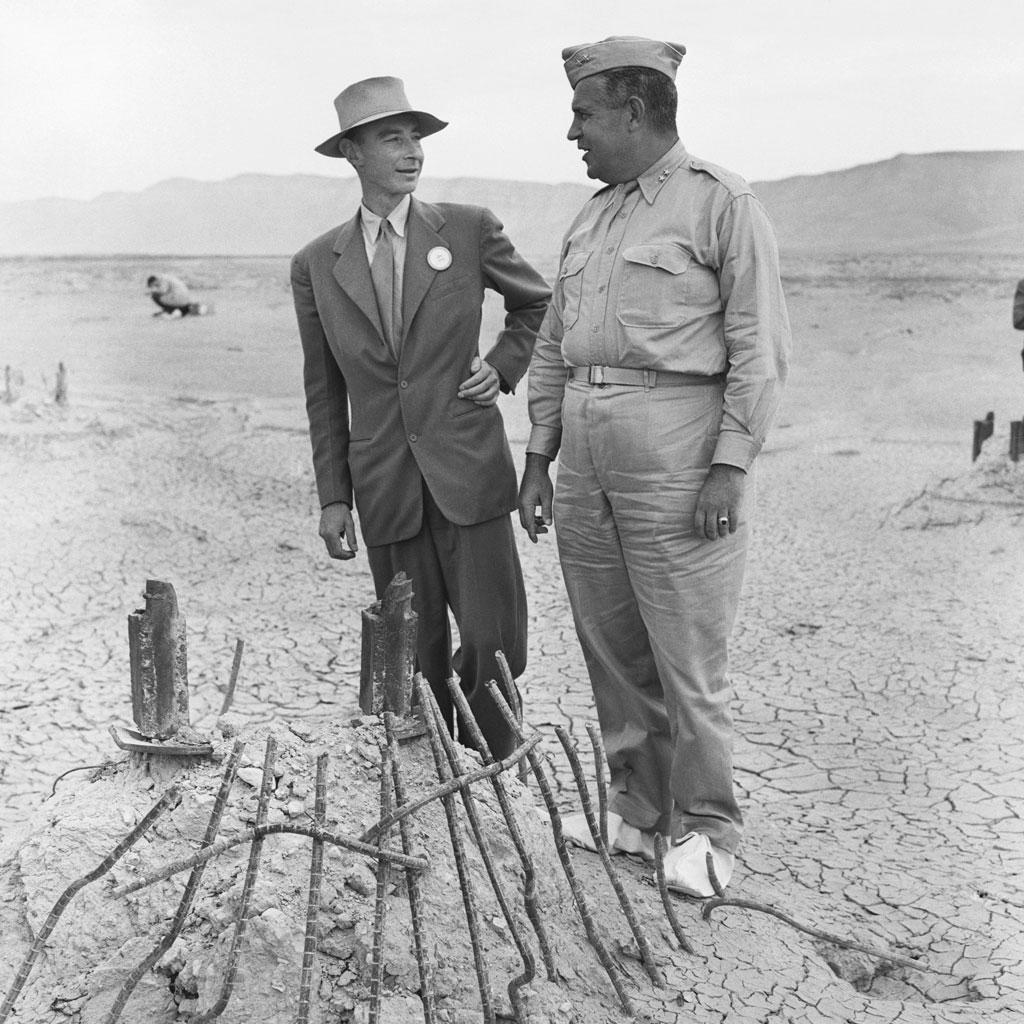 <strong>O pai da bomba atômica, Robert Oppenheimer, ao lado do chefe, o general Groves.</strong>