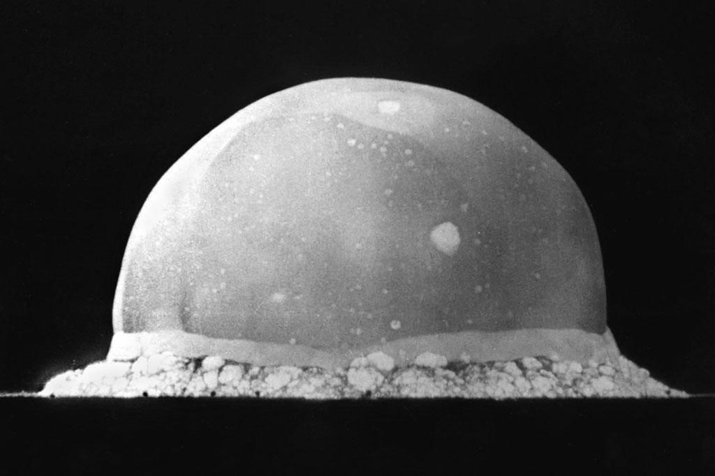 <strong>Cúpula de 200 metros de altura registrada 0.016 segundo depois da detonação da bomba de Trinity Site, em 16 de julho de 1945.</strong>