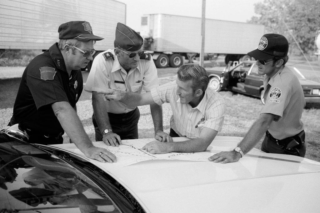 <strong>Policiais de Little Rock se organizam para patrulhar a região após o acidente na cidade vizinha.</strong>