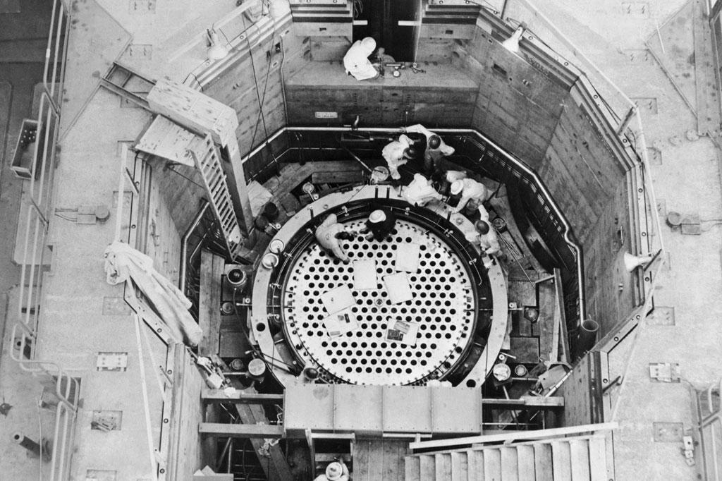 <strong>Visão de cima de um reator em construção no Canadá. As varetas de controle ficam instaladas nos pontos escuros.</strong>
