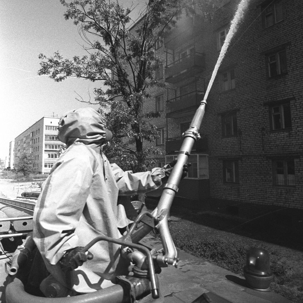 <strong>Após a evacuação da cidade, jatos de água foram usados para retirar a poeira radioativa.</strong>