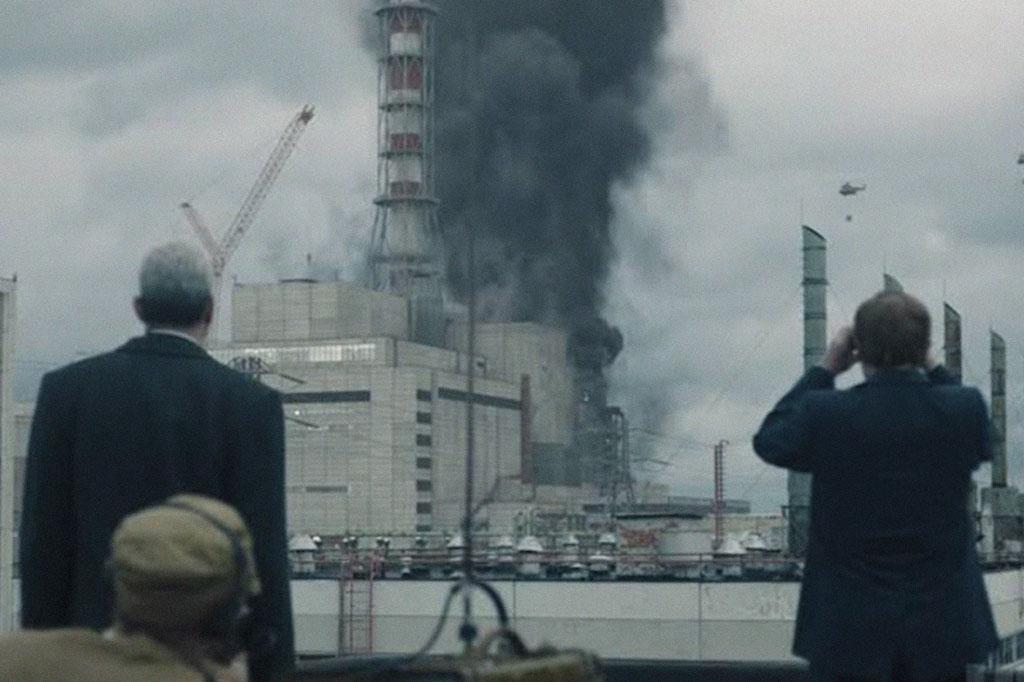 <strong>Cena da série da HBO retrata as incursões com helicópteros que lançavam areia sobre o reator.</strong>