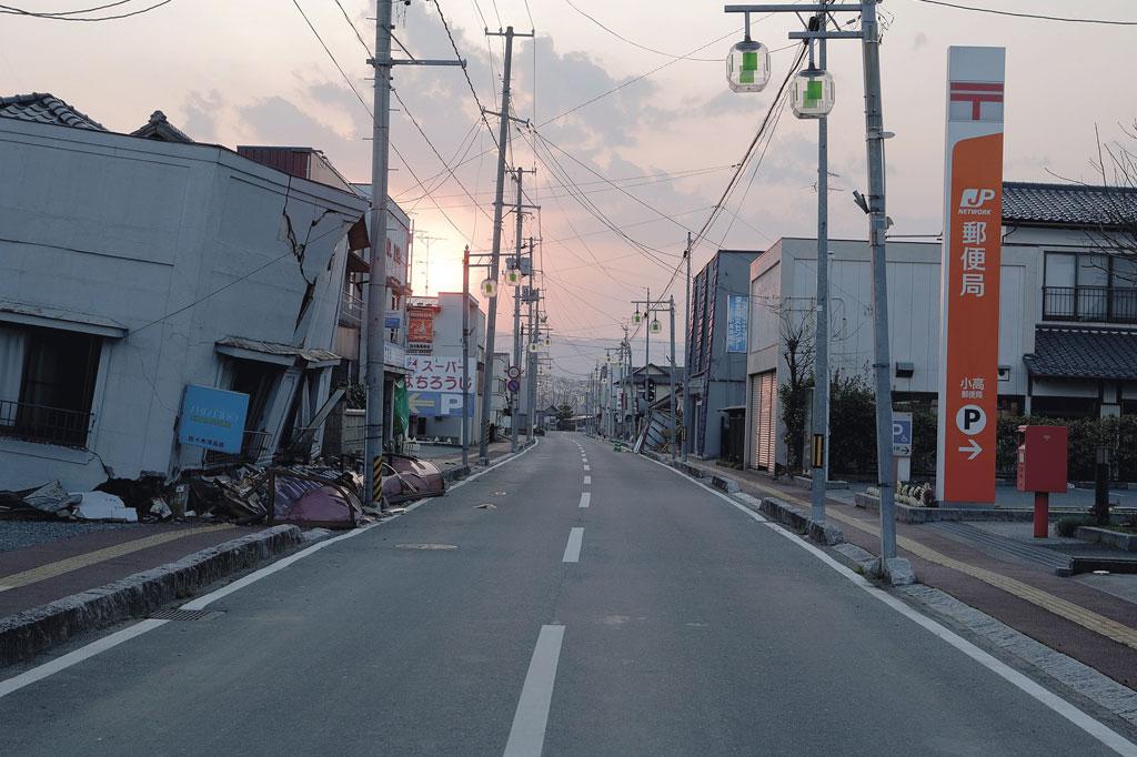 <strong>Semanas após o incidente, o sol se põe sobre a cidade vazia de Minamisoma, onde um único morador se recusou a ir embora.</strong>