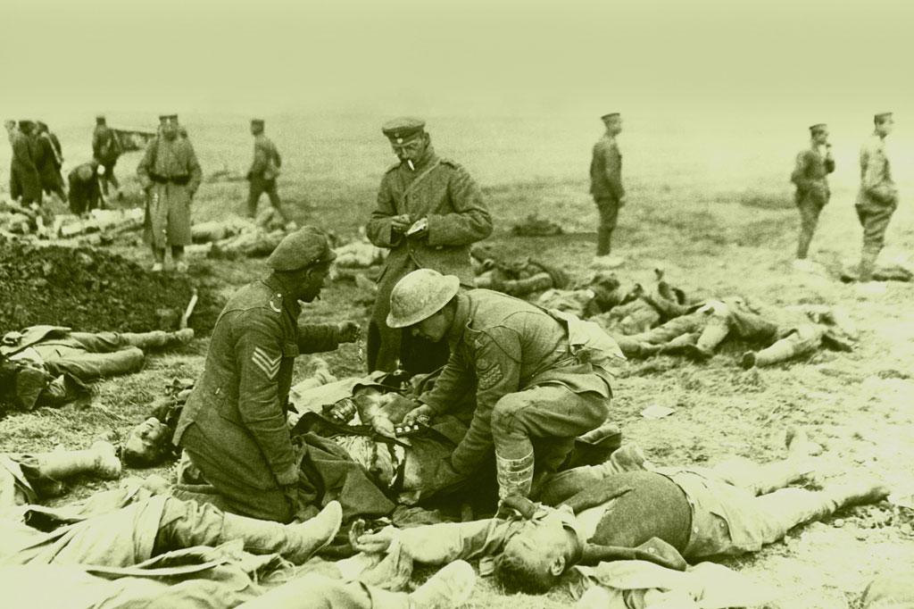 <strong>Soldados cuidam de seus mortos em abril de 1918: uma carnificina monstruosa e sem precedentes.</strong>