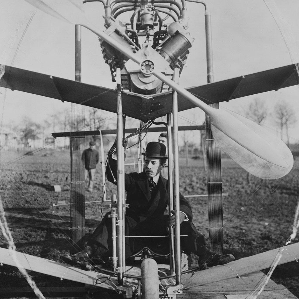<strong>Embora tenha voado depois dos irmãos Wright, Santos-Dumont introduziu várias inovações que consolidaram o avião moderno, como o trem de pouso e os lemes na parte traseira da aeronave.</strong>