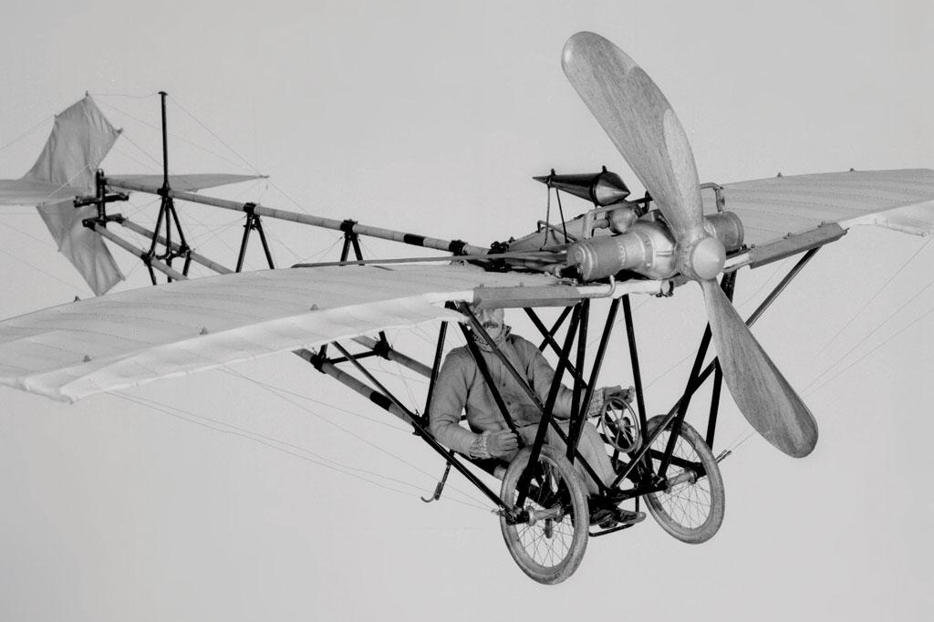 <strong>O Demoiselle de Santos-Dumont, criado em 1907 e aperfeiçoado em 1909, foi o precursor dos ultraleves modernos.</strong>