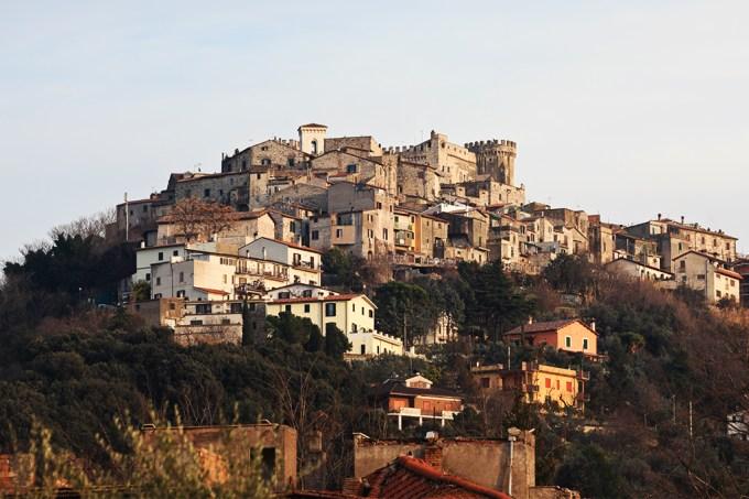 Vila italiana em quarentena se torna um um laboratório humano