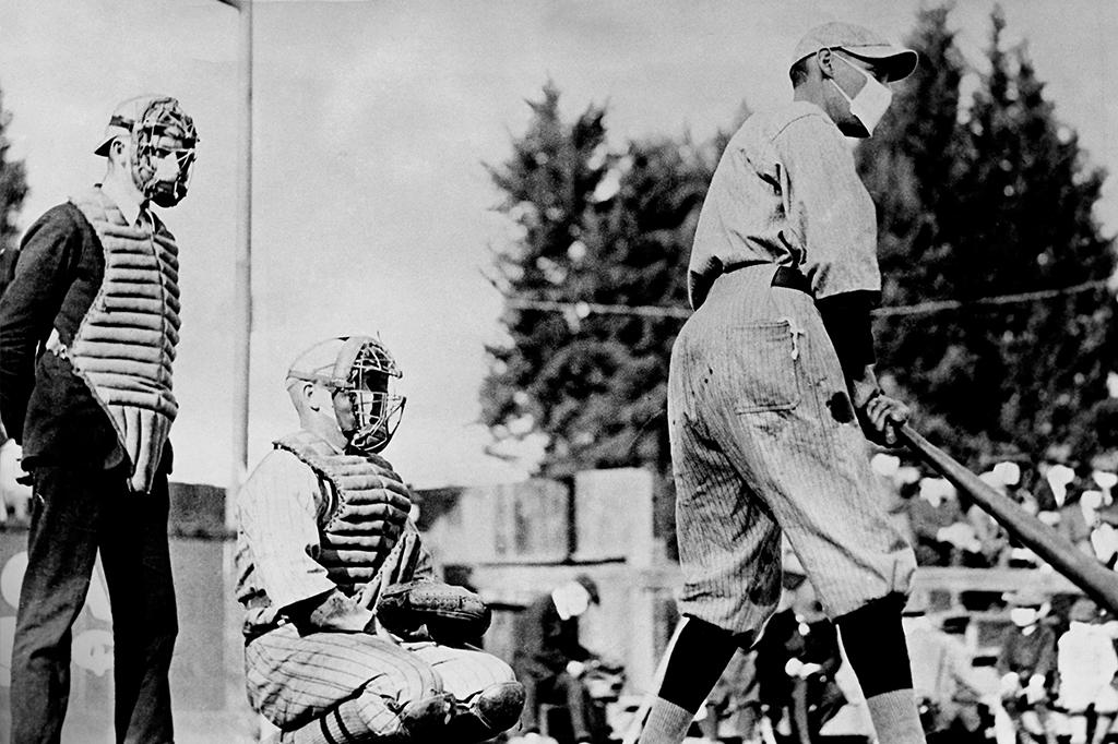 As máscaras se tornaram tão onipresentes quanto estão hoje – só que havia mais aglomerações. Caso deste jogo de baseball nos EUA, com público.