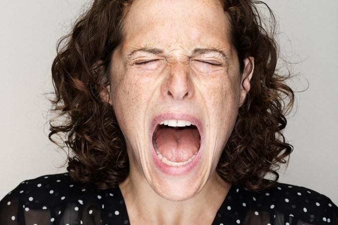 Xingar em voz alta, de fato, diminui a dor para algumas pessoas