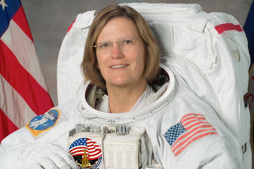 Primeira americana a andar no espaço alcança ponto mais profundo do oceano
