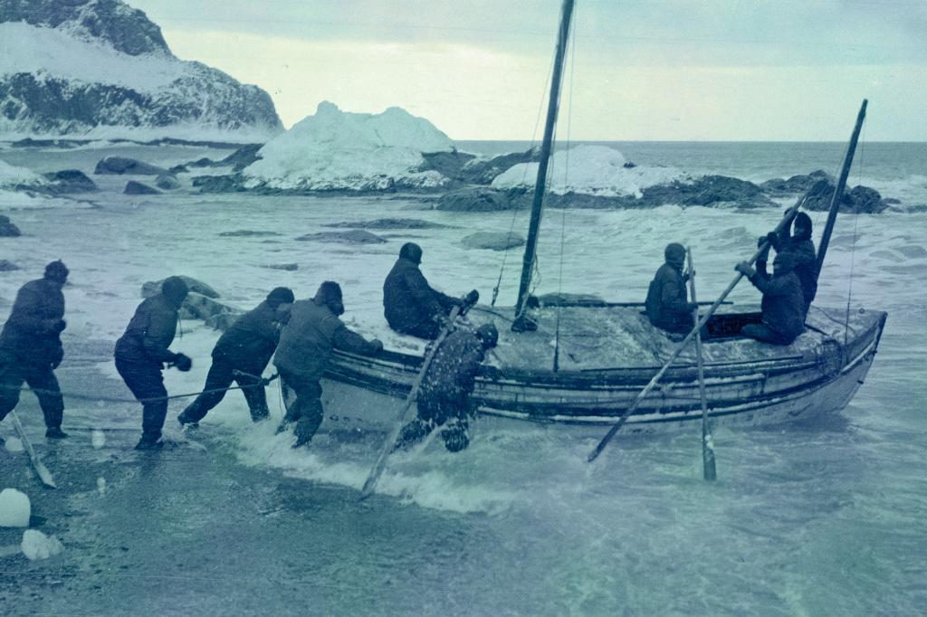 <strong>Shackleton parte com o bote James Caird em busca de ajuda. Hoje, o valente bote, repousa no Colégio de Dulwich, sua antiga escola.</strong>