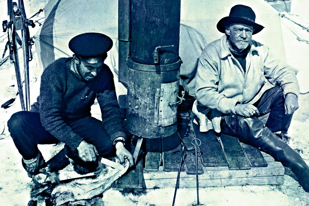 <strong>O fotógrafo Frank Hurley e Shackleton sobre a banquisa a qual ficaram por 165 dias depois de o Endurance naufragar.</strong>