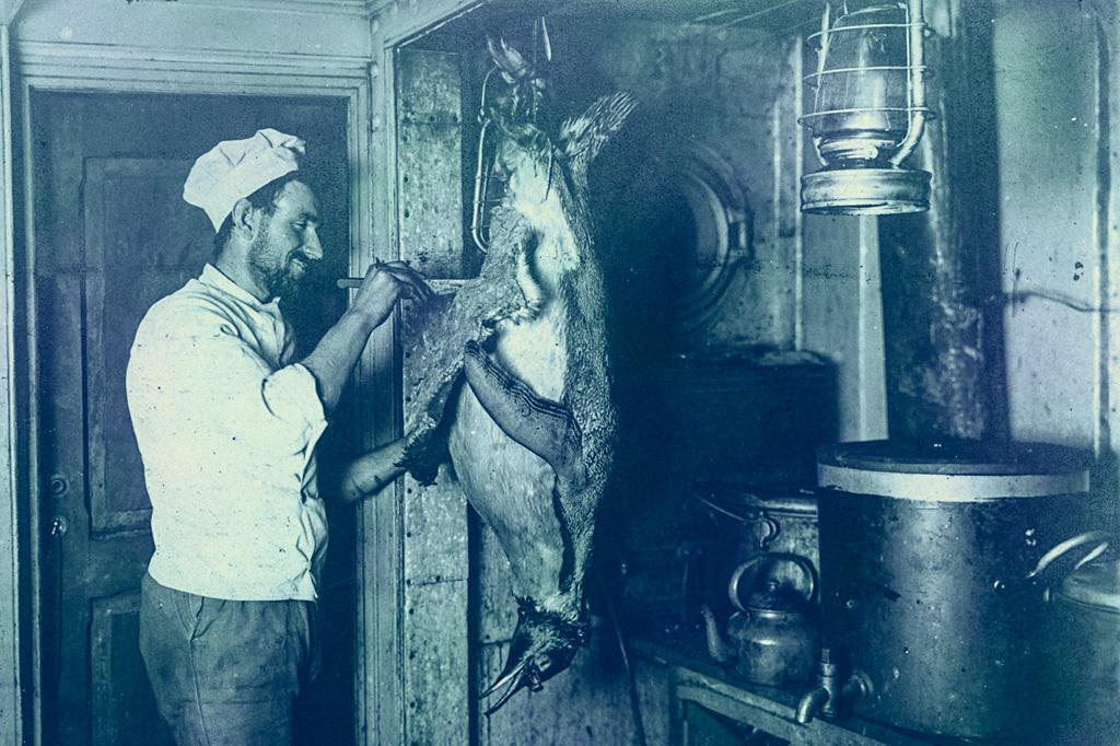 <strong>O cozinheiro Charles Green preparando o jantar.</strong>