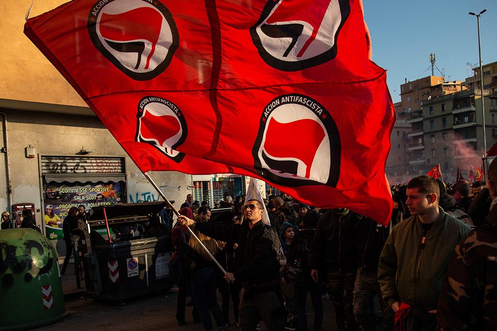 O que significam os símbolos da bandeira antifascista?