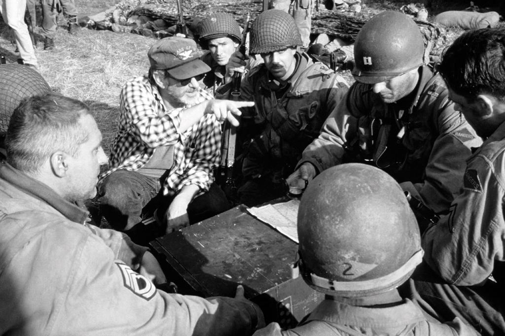 <strong>TRADIÇÃO QUE SE RENOVA –Décadas após o auge do gênero, na 2ª Guerra, Steven Spielberg dá instruções a Tom Hanks nas filmagens de <em>O Resgate do Soldado Ryan</em>.</strong>