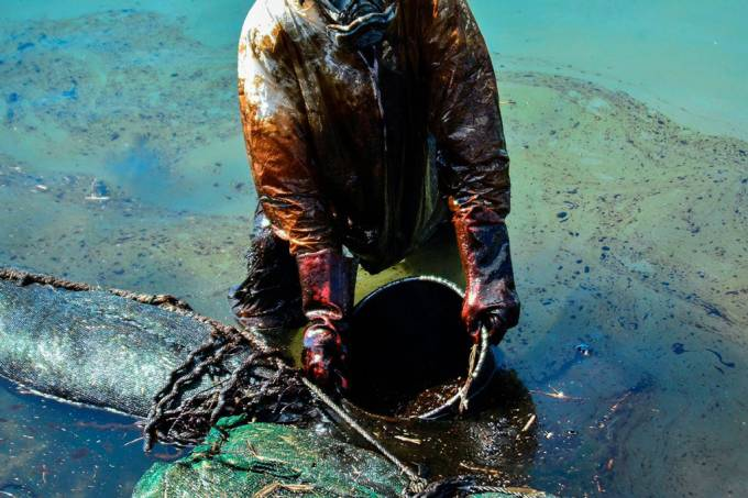 Por que é tão difícil limpar um derramamento de óleo?