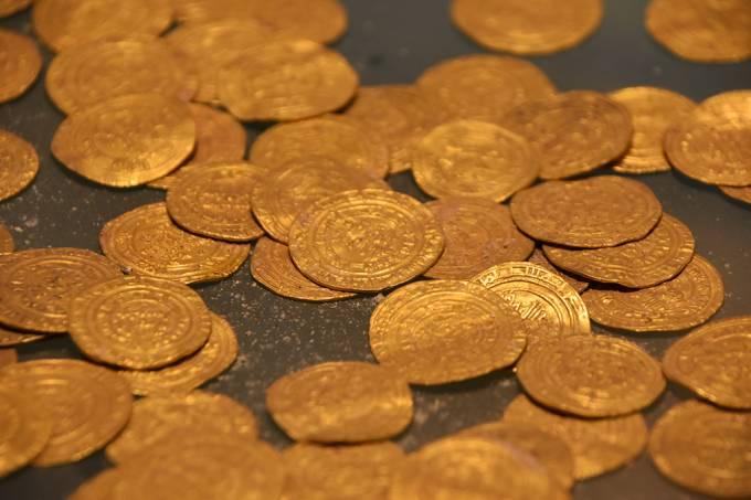 Jovens encontram moedas de ouro de 1.100 anos em escavação em Israel