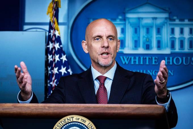 Diretor da FDA é acusado de distorcer dados envolvendo novo tratamento para a Covid