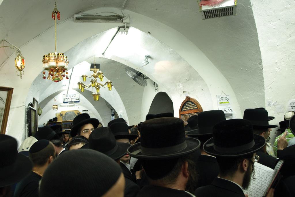 <strong>Adeptos da cabala se reúnem para homenagear o rabino Shimon bar Yochai na festa Lag Baomer.</strong>