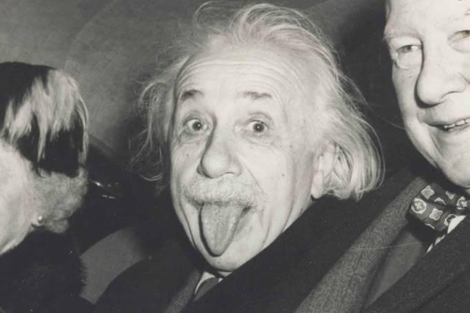 Como foi tirada a famosa foto de Einstein mostrando a língua?