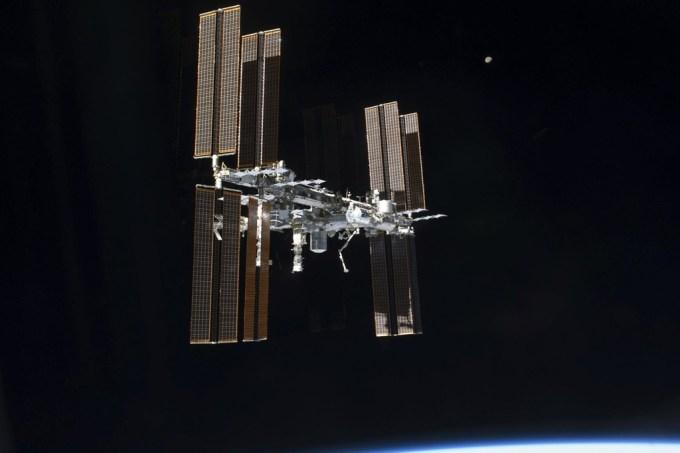 Astrounautas finalmente descobrem fonte de vazamento de ar da ISS