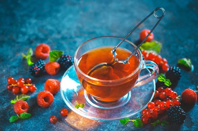 Dietas ricas em chá, frutas vermelhas e maçãs podem reduzir pressão arterial, indica estudo