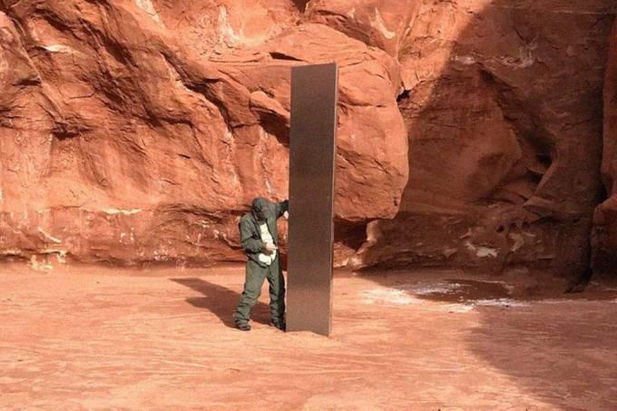 Monólito de metal é encontrado por helicóptero no deserto de Utah