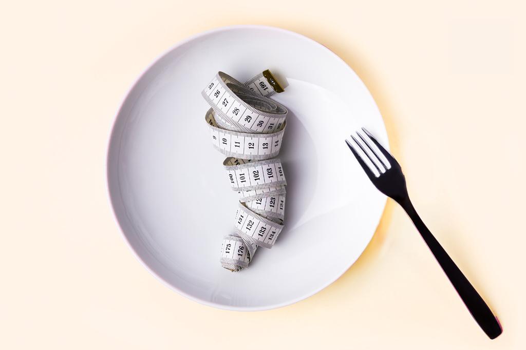 """<strong>A facilidade de aplicar o jejum intermitente, apelidado de """"a dieta dos dois dias"""" no Brasil, atrai interessados em perder peso.</strong>"""