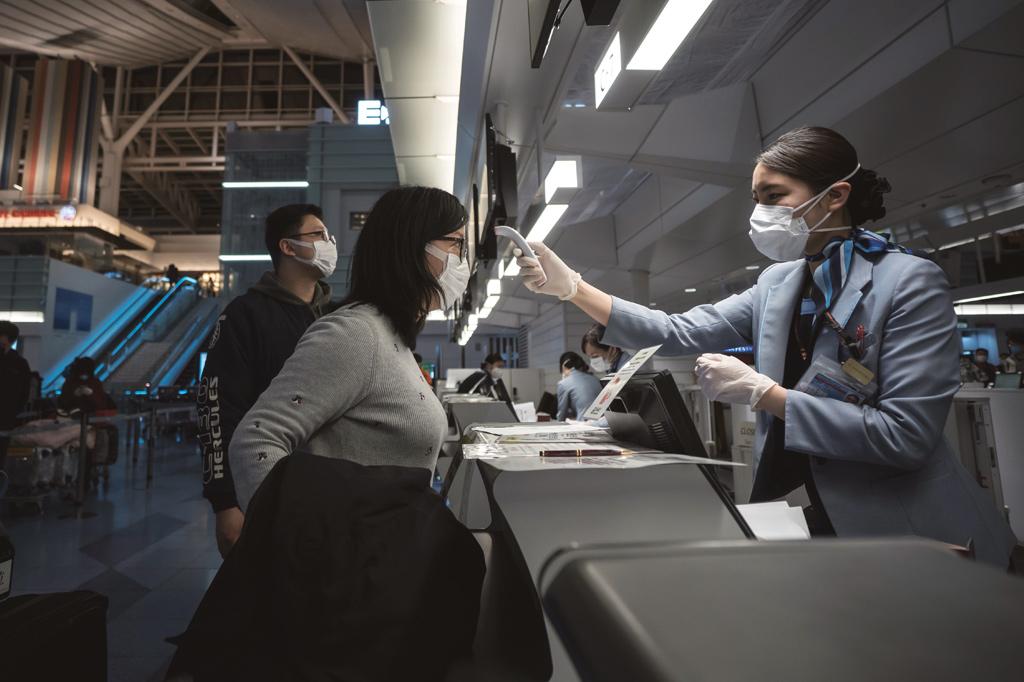 <strong>Novo normal: medição de temperatura corporal já faz parte da nova rotina de voo.</strong>