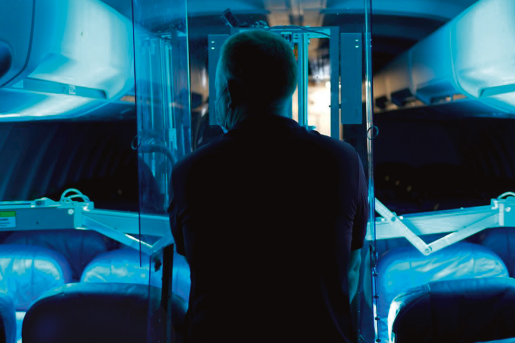 <strong>Pronto para outra: sistema de raio ultravioleta desenvolvido pela Honeywell higieniza o interior de uma aeronave em cerca de 10 minutos.</strong>