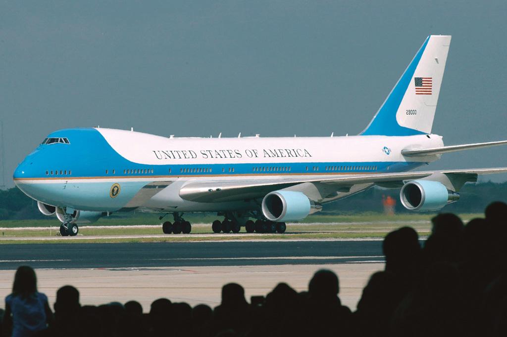 <strong>O mais famoso dos jumbos é o Air Force One, o avião oficial da presidência dos EUA. Desde 1990, a Casa Branca utiliza dois Boeings 747-200, equipados com sofisticados mecanismos de proteção contra ataques aéreos. A frota será renovada com dois 747-8i adaptados, previstos para 2024.</strong>