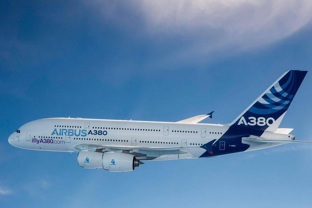 <strong>Receber um A380 não é uma tarefa fácil para os aeroportos. Os terminais precisam de equipamentos e adaptações especiais. No Brasil, só Guarulhos (São Paulo), Viracopos (Campinas-SP) e Galeão (Rio de Janeiro) estão homologados para recebê-lo. A manutenção do A380 também é cara. O trem de pouso tem 22 rodas e demora 14 dias para ser trocado, ao custo de US$ 25 milhões. </strong>