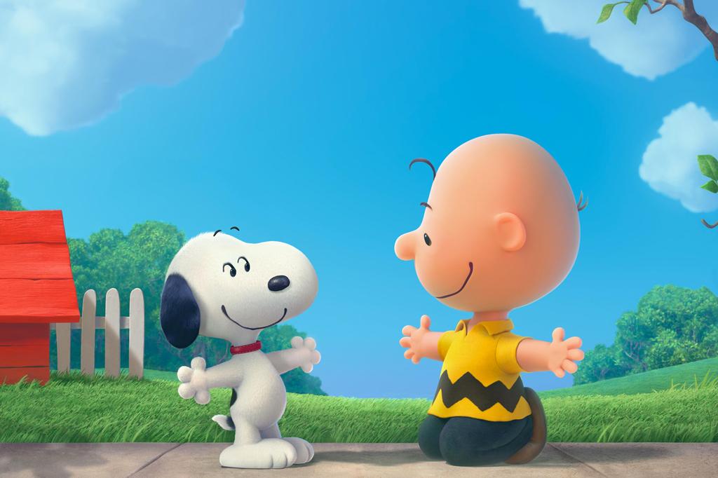 A imagem mostra uma animação dos personagens Snoopy, um cachorro na cor branca com as orelhas pretas e uma coleira vermelha, e Charlie Brown, um menino branco e careca, usando uma camiseta amarela com uma faixa em zigue e zague na cor preta e uma calça azul. CHarlie Brown está ajoelhado abrindo os braços, enquanto Snoopy está na sua frente, também de braços abertos. Eles estão em frente a um gramado e é possível ver, no canto esquerdo da imagem, uma casinha de cachorro vermelha na frente de uma cerca branca.