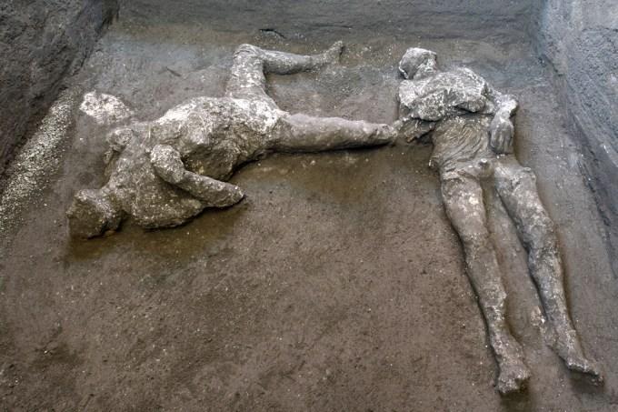 Restos bem preservados de duas vítimas do Vesúvio encontrados em Pompéia