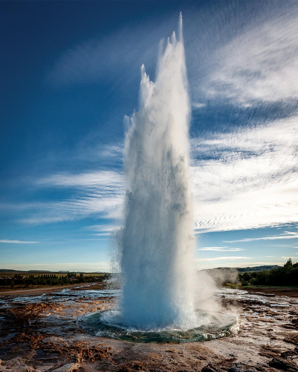 Os gêiseres se formam quando a água de lençóis freáticos ferve em contato com o magma no subsolo.