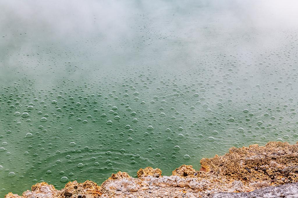As ligações de hidrogênio mantém as moléculas unidas – é por isso que a água demora para ferver.
