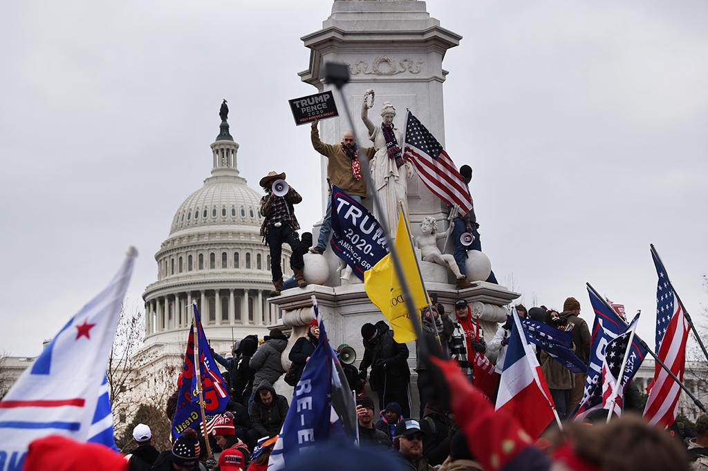 Apoiadores do Trump se reúnem do lado de fora do edifício do Capitólio dos EUA.