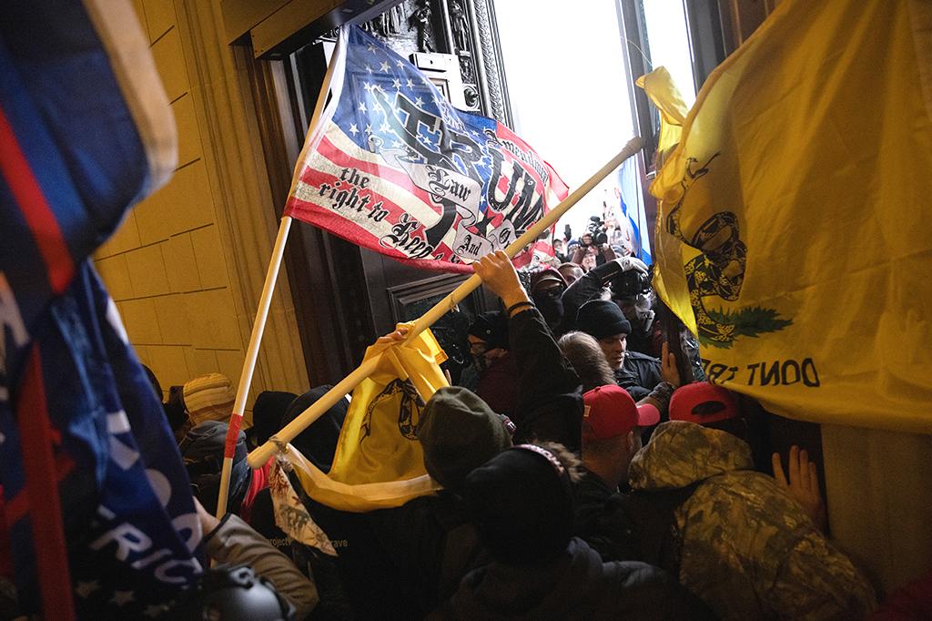 Uma multidão pró-Trump invadindo o Capitólio dos EUA.