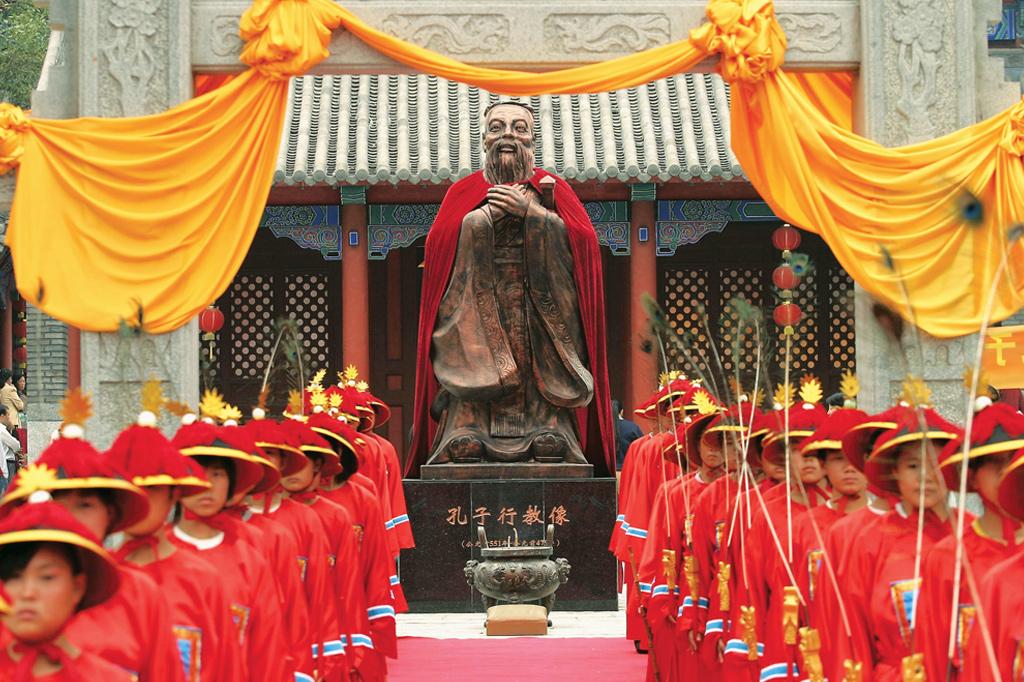 <strong>Chineses celebram aniversário de Confúcio. Na rua, eles seguem as lições do mestre.</strong>