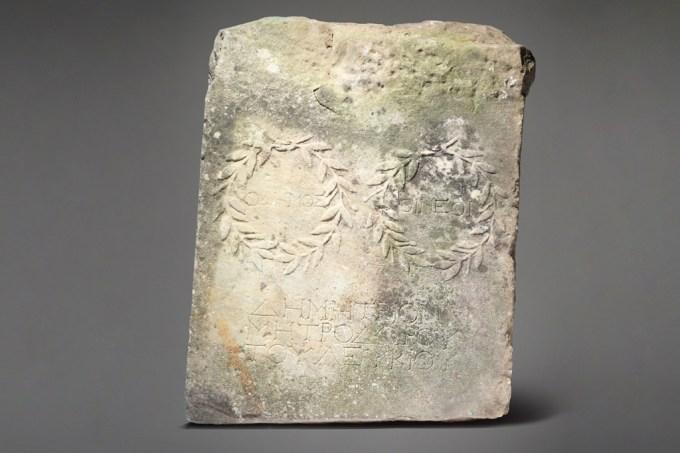 Mulher descobre que decoração no seu quintal é, na verdade, um antigo artefato romano