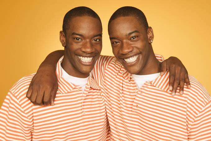 Gêmeos idênticos diferem em pelo menos 5,2 mutações iniciais de desenvolvimento, aponta estudo