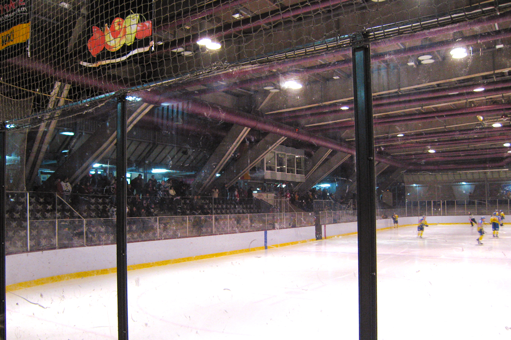 Foto do interior da pista de patinação Erika Hess, em Berlim.