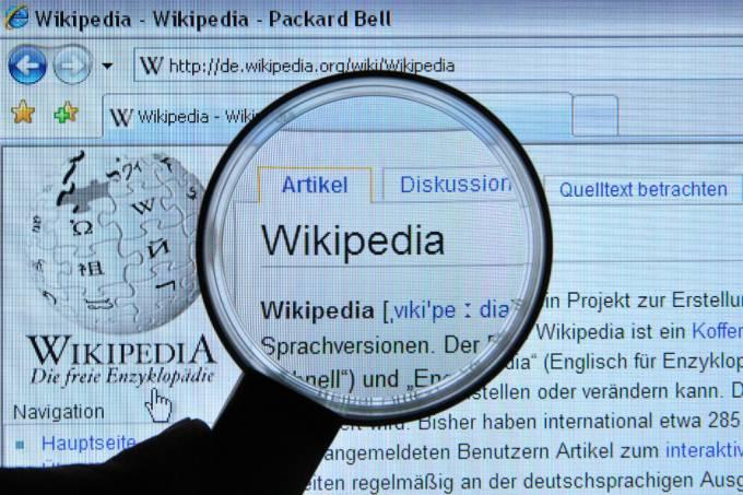 Qual foi o primeiro verbete da wikipédia?