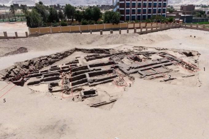 """Cervejaria em """"escala industrial"""" mais antiga do mundo é encontrada no Egito"""