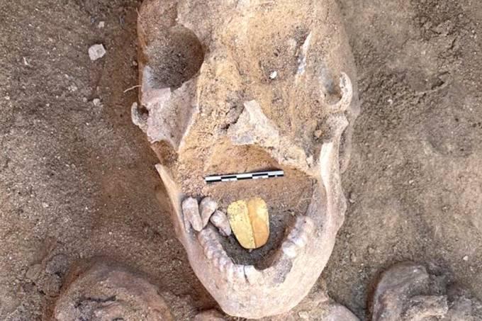 Arqueólogos encontram múmia com língua de ouro no Egito