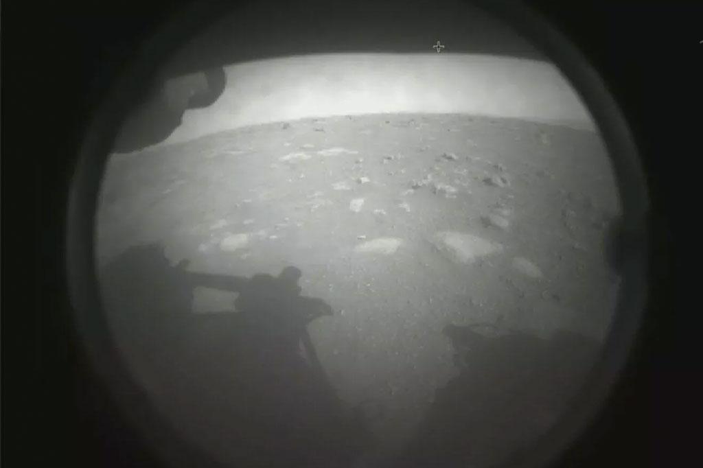 Primeira imagem (em preto e branco) do solo de Marte, enviada pelo Perseverance.