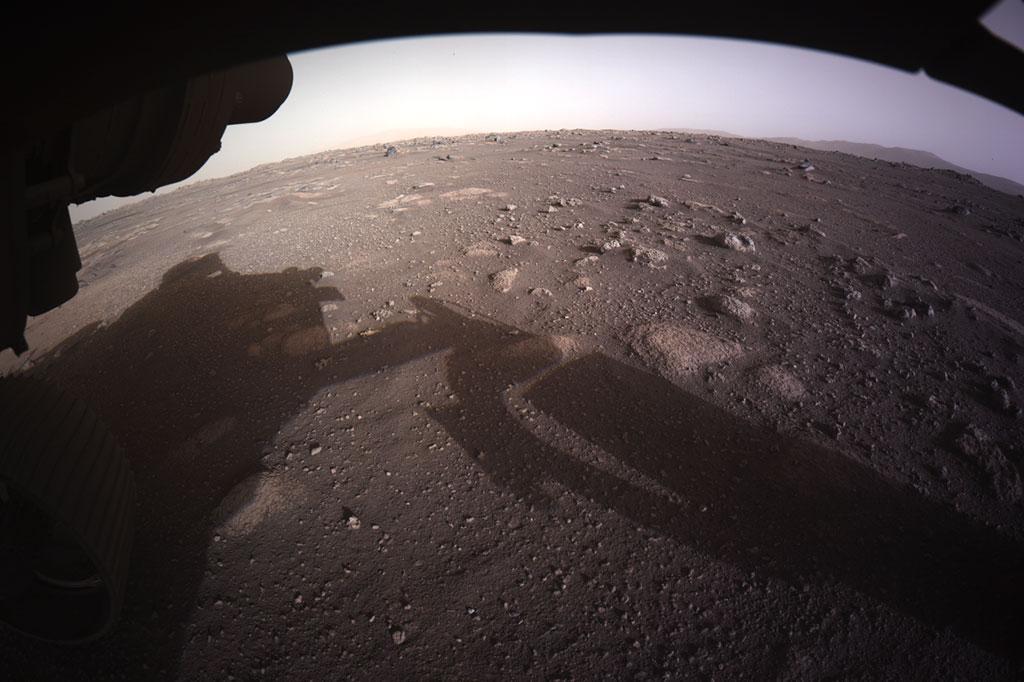 Primeira imagem colorida do solo de Marte, tirada pela câmera do Perseverance.