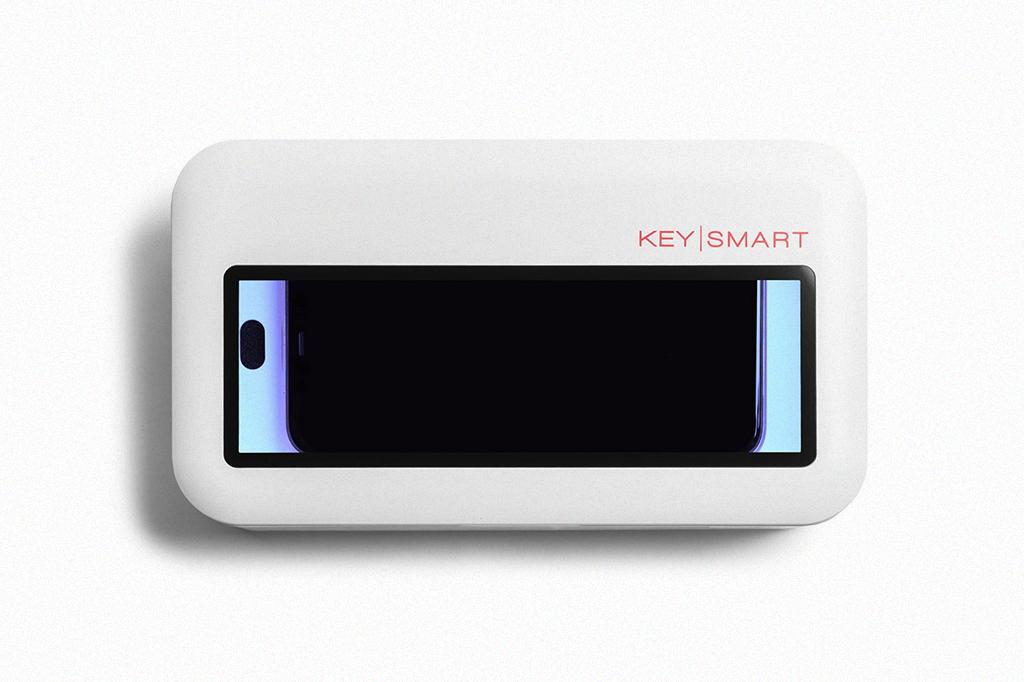 Você coloca o seu telefone no Cleantray Charge, aperta um botão e ele emite raios ultravioleta-C que desinfetam o aparelho.